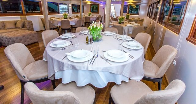MV Aquamarin dining